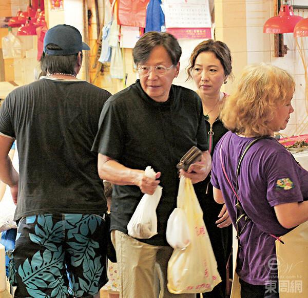 Khi đi mua sắm thực phẩm, Vỹ Liệt cũng tự mình tay xách nách mang cho vợ đỡ vất vả.