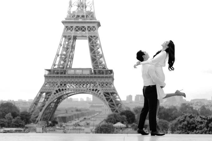 Lan Khuê thay bộ váy khác khi chụp ảnh cướidưới chân tháp Eiffel.