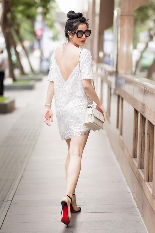 Nữ diễn viên vẫn đi giày cao gót, tự tin khoe chân dài, lưng trần gợi cảm.