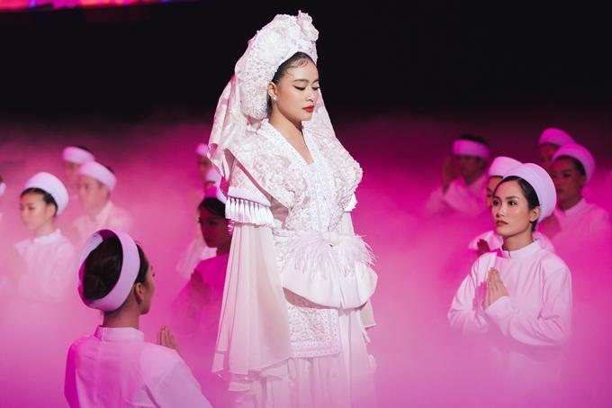 Nữ ca sĩ đầu tư hoành tráng về âm thanh lẫn hình ảnh cho sản phẩm, góp phần thể hiện được văn hóa hầu đồng của người dân Việt. Cuối MV