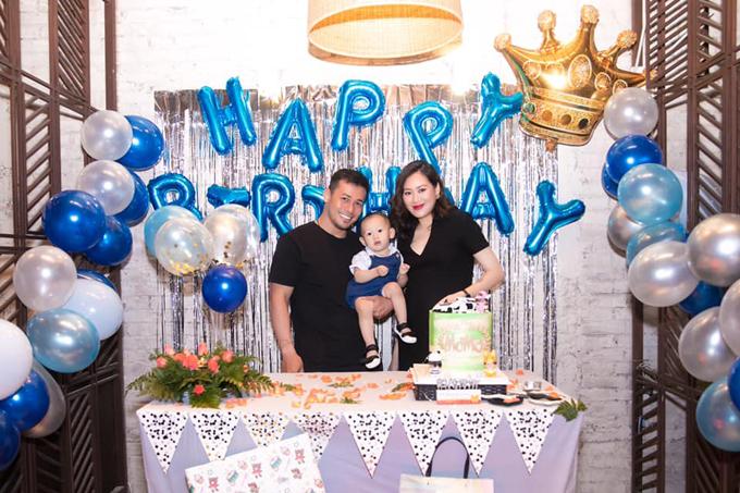 Gia đìnhPông Chuẩn - Tùng Min trong tiệc sinh nhật 1 tuổi của con trai. Pông Chuẩn (tên thật: Thanh Hoa Đỗ) là stylist có tiếng ở TP HCM. Cô từng lọt Top 4 Vietnams Next Top Model 2010, Á khôi năm 2010 của trường ĐH quốc tế Hồng Bàng. Vào năm 2017, Pông Chuẩn đã lên xe hoa với nam diễn viên Tùng Min (Thanh Tùng) và hạ sinhcon trai đầu lòng vào tháng 5/2018.