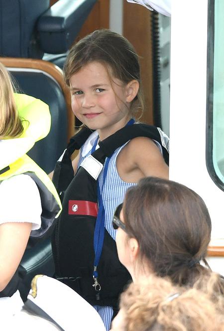 Công chúa Charlotte, 4 tuổi, càng lớn càng xinh và nữ tính. Cô bé mặc váy