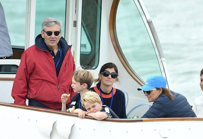 George ngồi trên một con thuyền cùng ông bà ngoại, Michael và Carole Middleton, để cổ vũ mẹ Kate.