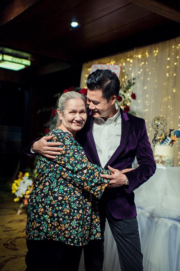 Tối 8/8, mẹ ca sĩ Quang Dũng có mặt tại tiệc mừng sinh nhật lần thứ 43 của con trai. Bà đã chuyển về sống cùng ca sĩ Quang Dũng trong căn biệt thự rộng lớn ở TP HCM được 2 năm nay. Đây là lần thứ 2 Quang Dũng được đón sinh nhật bên mẹ.