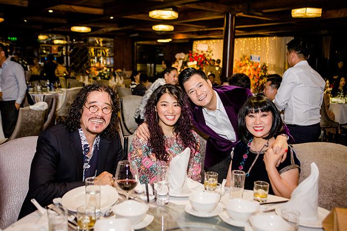 Gia đình nghệ sĩ Cẩm Vân - Khắc Triệu và con gái Cece cũng có mặt tại bữa tiệc.