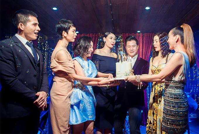 Quang Dũng hạnh phúc khi có gia đình và bạn bè ở bên trong ngày sinh nhật.