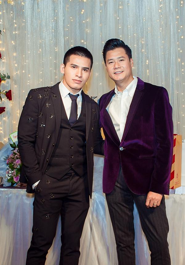 Ca sĩ Quốc Thiên mặc vest bảnh bao đến chúc mừng sinh nhật đàn anh.