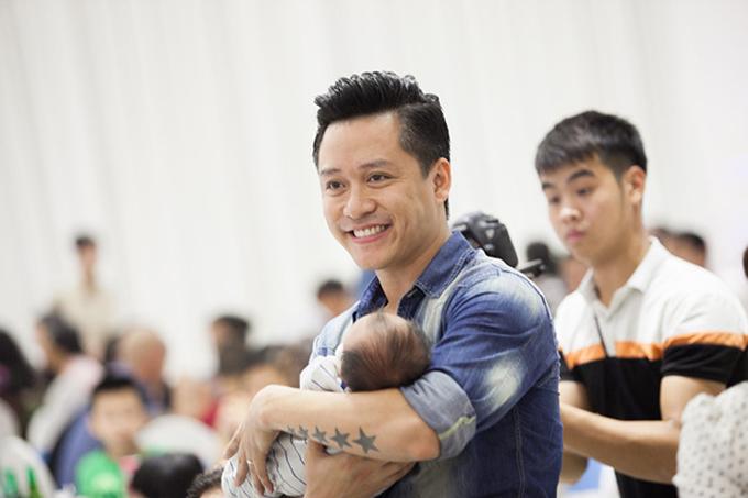 Ngày 25/10/2014, vợ Tuấn Hưng sinh con trai đầu lòng. Cậu bé được bố mẹ gọi bằng cái tên thân mật là Su Hào. Từ lúc vợ mang thai, nam ca sĩ hạn chế tụ tập cùng bạn bè để ở bên chăm lo cho vợ.
