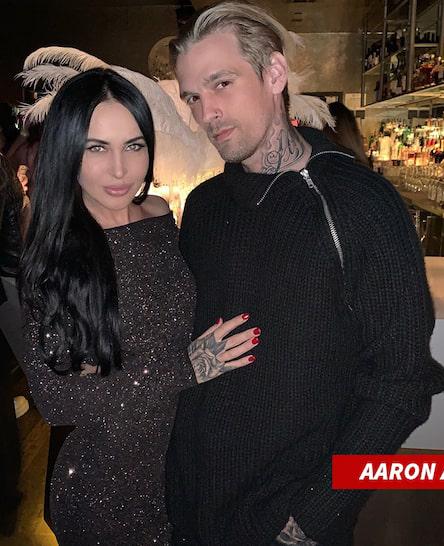 Aaron và bạn gái vừa chia tay Lina Valentina.