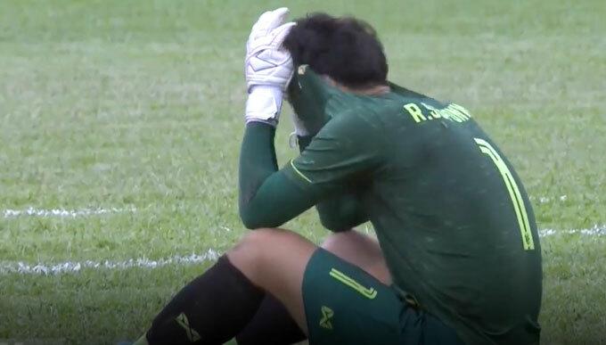 Thủ môn Thái Lan thất vọng sau trận đấu.