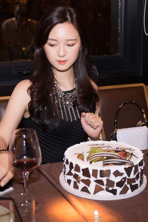 Bức ảnh Sa chụp trong tiệc sinh nhật21 tuổi được khen giống nhân vật Lâm Đại Ngọc củabộ phim Hồng Lâu Mộng đượcchuyển thể từ tác phẩm văn học cùng tên.