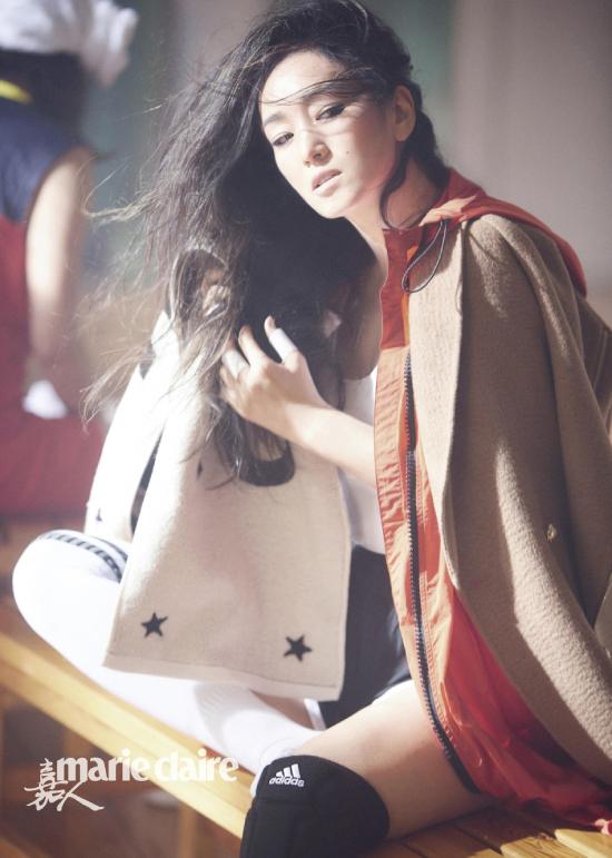 Củng Lợi xuất hiện trên tờ tạp chí Marie Claire số tháng mới với vẻ đẹp nữ tính, sang trọng. Đặc biệt, trông cô thon thả, vòng eo nhỏ xíu - một hình ảnh khác lạ với Củng Lợi vóc dáng đậm đà, eo bánh mìtrong những lần xuất hiện gần đây.
