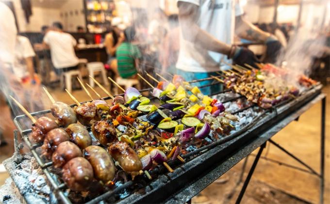 Đồ ăn tại đây cũng rất tươi ngon với các món ăn địa phương gồm caviche, kanilaw và thịt nướng truyền thống Phillippines.