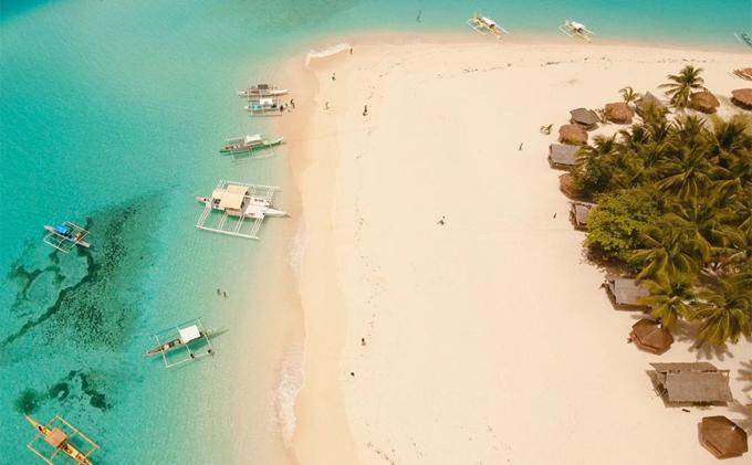 Đảo Siargao đem đến một cảm giác xa xôi, hẻo lánh, nhưng chính nét nguyên sơ này đã thu hút rất nhiều khách du lịch. Hòn đảo với nước biển xanh ngắt, những bờ cát trắng cùng bầu không khí nhiệt đới, dễ chịu và yên bình có thể mê hoặc bất kỳ du khách nào.