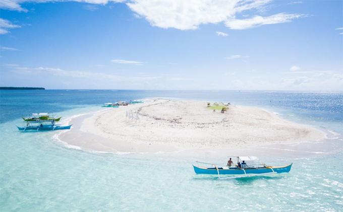 Bức ảnh hòn đảo trần (naked island) với bờ cát trắng cùng làn nước trong vắt trông như một bức ảnh đã được chỉnh sửa.