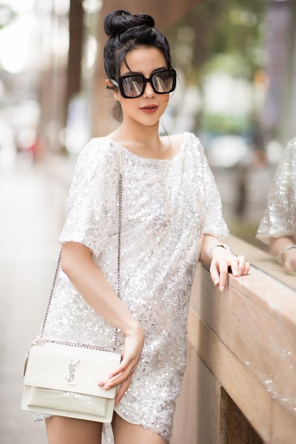 Cô khéo mix túi hiệu và phụ kiện trang sức hài hòa với trang phục lấp lánh. Cô tiết lộ sắp ra mắt thương hiệu thời trang của riêng mình.