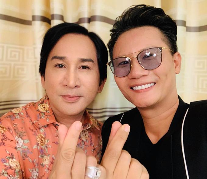 Đăng ảnh cùng nghệ sĩ cải lương Kim Tử Long, ca sĩ Hoàng Bách hỏi fan: Anh với mình mà song ca thì nên theo phong cách nào nhỉ?.