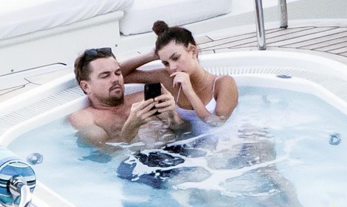 Camila hẹn hò Leo từ cuối năm ngoái nhưng cô rất kín tiếng về mối quan hệ tình cảm này. Có tin đồn cho rằng tài tử Titanic luôn đề nghị các bạn gái ký hợp đồng bảo mật thông tin nên những người tình dù đang yêu hay đã chia tay đều không bao giờ hé lộ bất kỳ điều gì về anh.