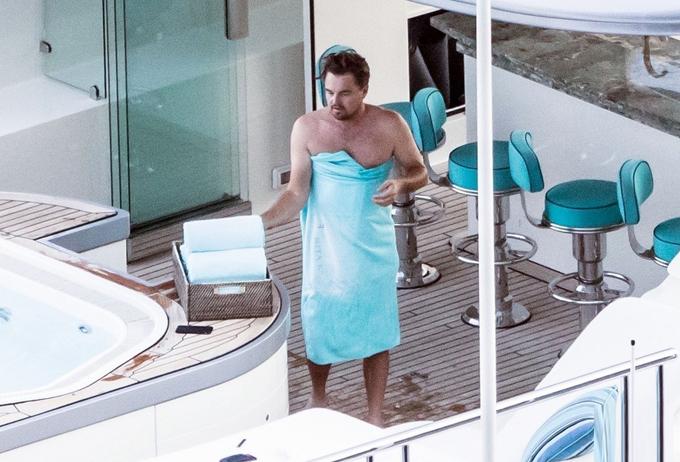 Leonardo DiCaprio âu yếm bồ kém 22 tuổi trong bể sục - 7