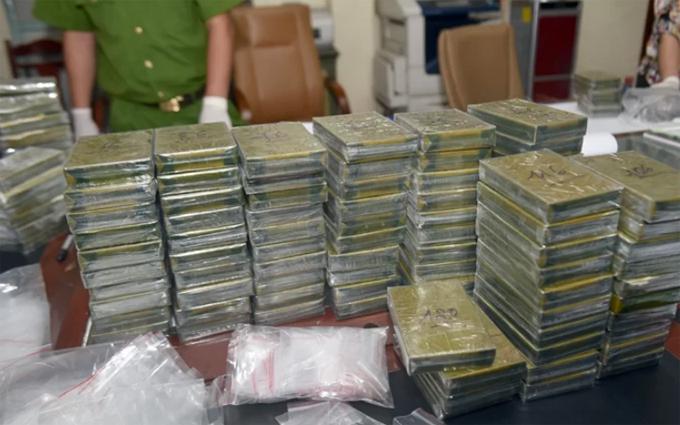 120 bánh heroin được đưa về trụ sở Cơ quan điều tra. Ảnh: Bảo Ngọc.