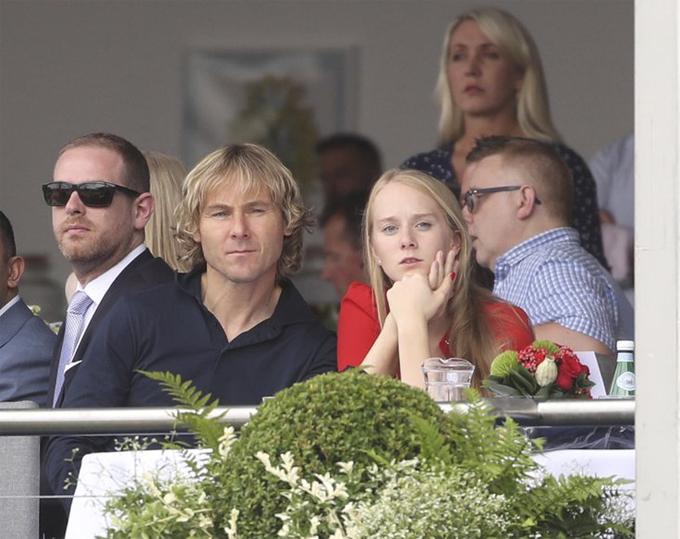 Nedved và người đẹp tóc vàng Lucie
