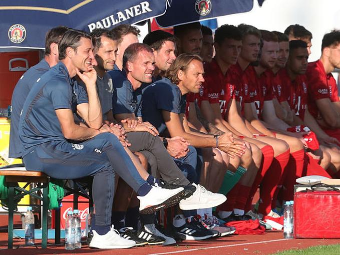 BHL và các cầu thủ Bayern bên ngoài sân.