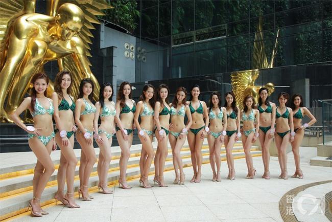 Cácthí sinh trong vòng chung kết lựa chọn trang phục bơi hoa văn màu sắc mát mắt đểkhoe trọn những đường cong cơ thể trước ký giả và giám khảo. Đây là những gương mặt sáng giá nhất của Miss Hong Kong 2019, các cô sẽ cùng nhau bước lên đấu trườngnhan sắc để chọn ra ngôi vị cao nhất vàotháng 9 tới.