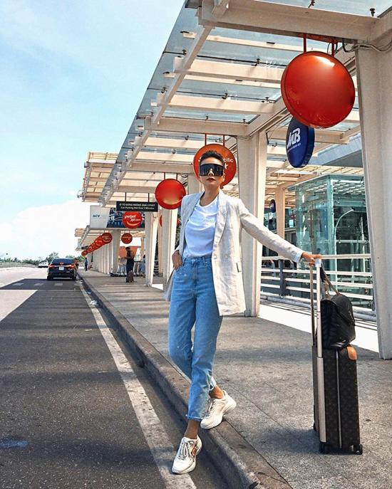 Ngoài việc diện áo thun đơn sắc cùng quần jeans xắn gấu, Thanh Hằng thêm điểm nhấn cho set đồ bằng blazer hợp mốt.