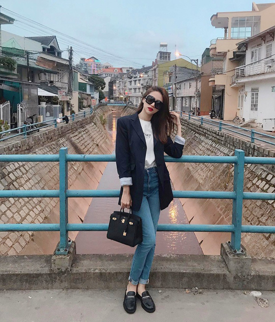 Với jeans và áo thun, phái đẹp vẫn có thể hướng hình ảnh của mình theo phong cách hiện đại, thanh lịch khi mix thêm balzer như Hương Giang.