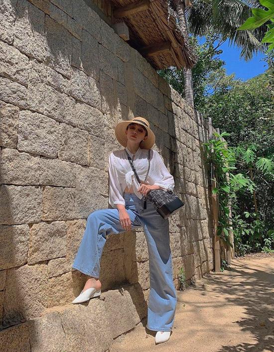 Những mẫu quần jeans cổ điển hay hiện đại không chỉ tiện lợi mix cùng áo thun mà còn được kết hợp với các kiểu áo blouse, sơ mi. Tóc Tiên sexy với cách phối sơ mi cổ trụ đi cùng mốt quần ống rộng đang được sao Việt lăng xê.