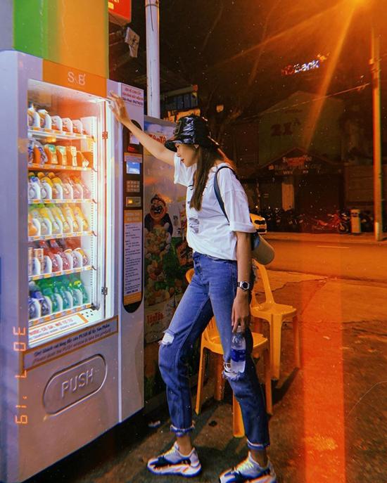 Jeans và thun là hai trang phục thông dụng và tiện lợi trong việc phối đồ dạo phố. Thanh Hằng khá cầu ký trong việc mix-match trang quần áo street style, nhưng trong nhiều trường hợp cô cũng áp dụng công thức phối đồ đơn giản.