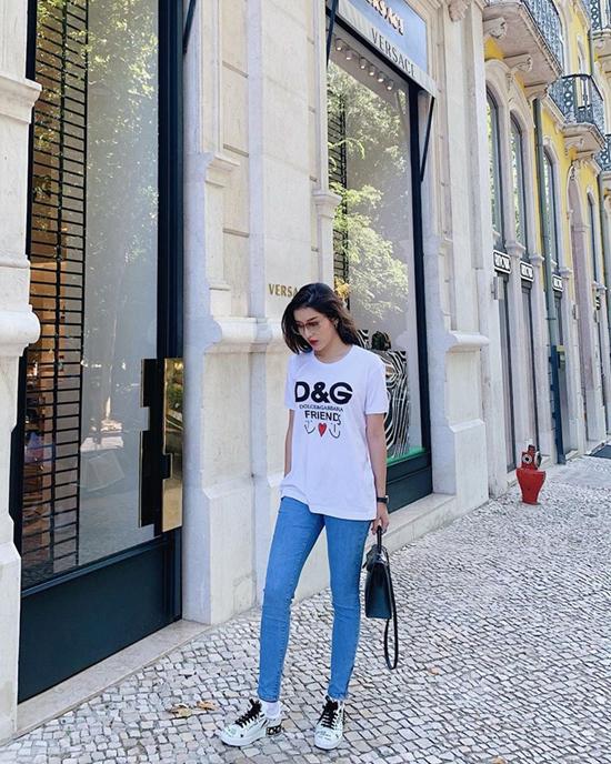 Set đồ theo phong cách tối giản nhưng vẫn giúp Huyền My tạo được điểm nhấn, bởi mẫu áo thun của thương hiệu D&G. Trang phục đi kèm là jeans ống skinny với tông xanh và kiểu dáng quen thuộc.