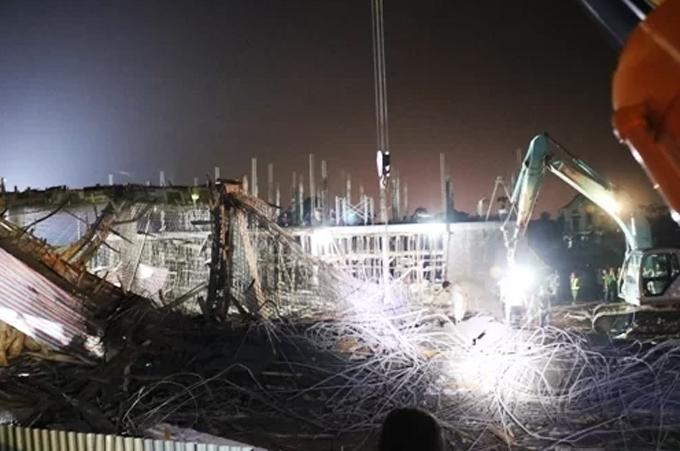 Với sự hỗ trợ của  một máy cẩu và hai máy xúc, đến sáng 9/8 nhà chức trách Hải Phòng mới tìm thấy và đưa được nạn nhân thứ 8 ra ngoài. Ảnh: Giang Chinh