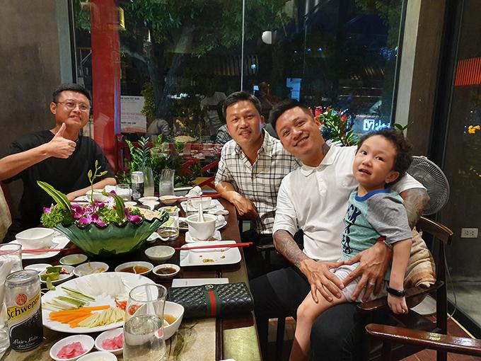 Ca sĩ Tuấn Hưng và con trai thích thú khi thưởng thức những món ngon tại nhà hàng của một người bạn.