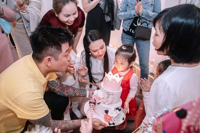 Đầu năm 2019, vợ chồng Tuấn Hưng chuyển về sống ở một ngôi biệt thự sang trọng tại Long Biên (Hà Nội). Sinh nhật 2 tuổi của bé Son, con gái thứ hai của vợ chồng Tuấn Hưng, cũng được tổ chức tại đây.