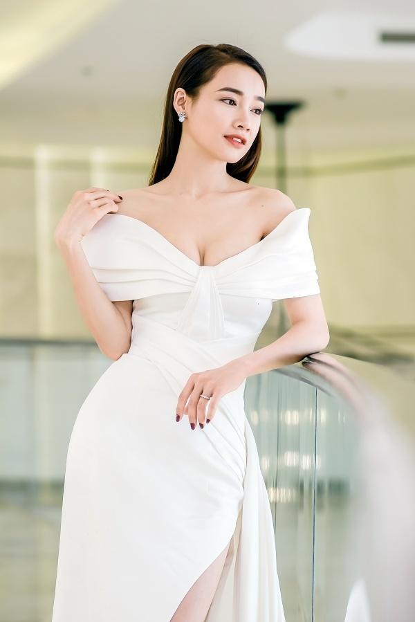 Nhã Phương được stylist Kye Nguyễn chọn một chiếc đầm dạ hội màu trắng, tônvóc dáng tại sự kiện chiều 9/8 tại Đà Nẵng.