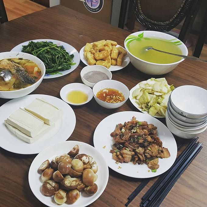 Kiwi Ngô Mai Trang chia sẻ: Tôi thích nấu nướng và được mẹ dạynấu ăn từ nhỏ. Khi thànhsinh viên, tôi mày mò nấu các món ngon từng ăn ở ngoài hàng. Tới lúc lập gia đình, ông xã cũng thích vào bếp nên vợ chồng chúng tôi thường cùng nhau nấu nướng.