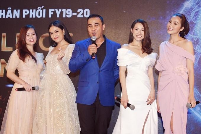 Ca sĩ Hoàng Thùy Linh (thứ hai từ trái sang), MC Quyền Linh vui vẻ hội ngộ tại sự kiện.