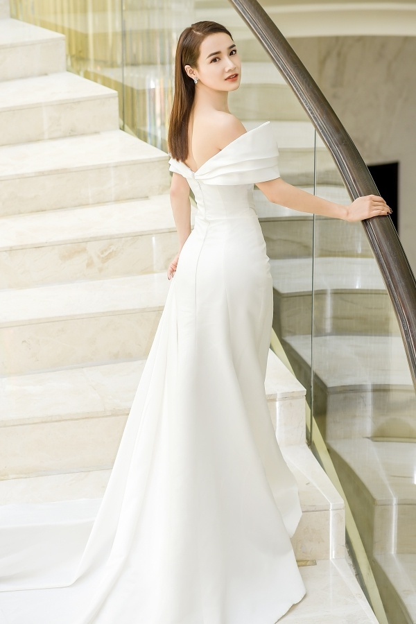 Nhã Phương được stylist Kye Nguyễn chọn một chiếc đầm dạ hội màu trắng