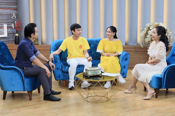 Từ trái qua phải: Tiến sĩ tâm lý Đào Lê Hòa An, diễn viên Phúc Zelo và vợ - Nhi Lena, MC Ốc Thanh Vân.