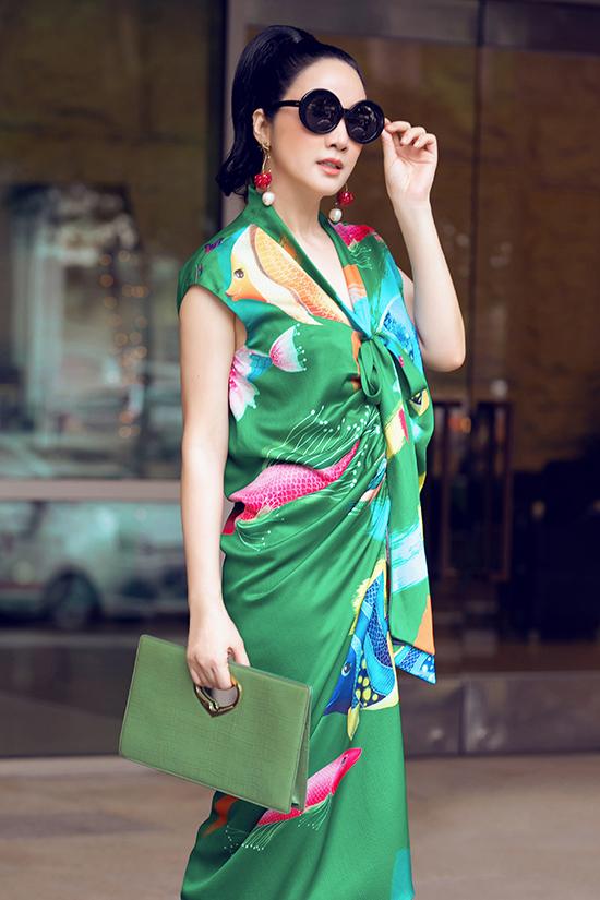 Giáng My chọn thiết kế sarong dress với hoạ tiết đại dương, đây là một trong mẫu thiết kế được nhiều người đẹp trong thời gian gần đây yêu thích