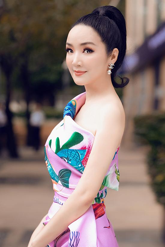 Bộ ảnh được thực hiện với sự hỗ trợ của nhiếp ảnh Linh Khánh Phạm, trang điểm và làm tóc Quân Nguyễn, Pu Lê.