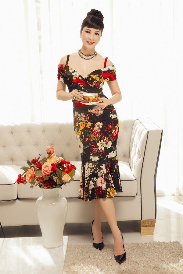 Thanh Mai yêu thích những mẫuváy họa tiết hoa, màu sắc nổi bật. Chi tiết hở vai giúp cô tôn lên gợi cảm của người đẹp ở tuổi 46.