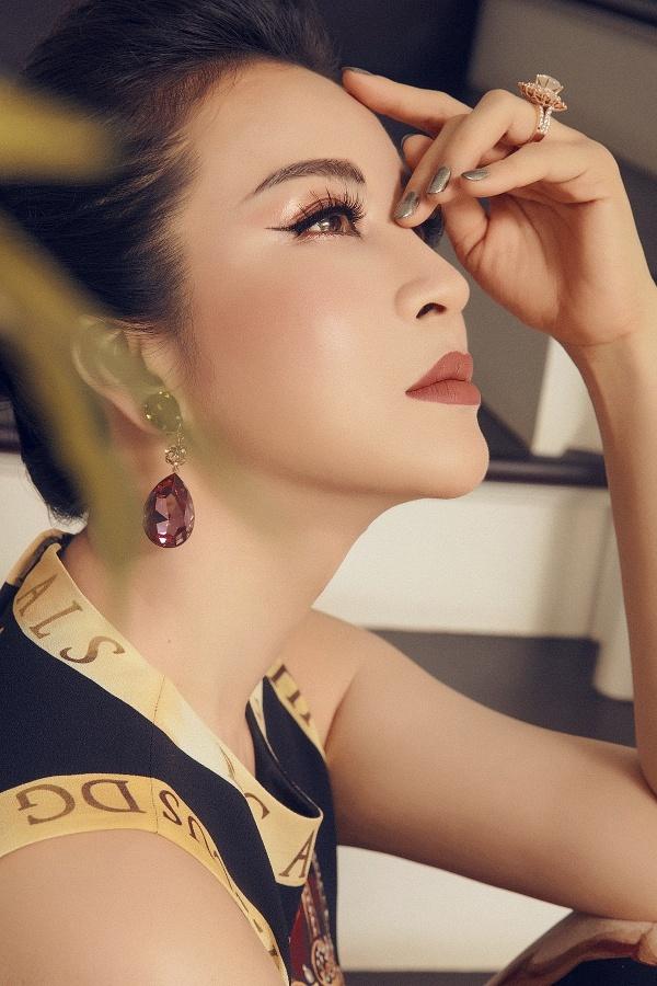 Thanh Mai hiện là chủ một hệ thống thẩm mỹ viện nên cô luôn ý thức hình ảnh, xây dựng phong cách doanh nhân.