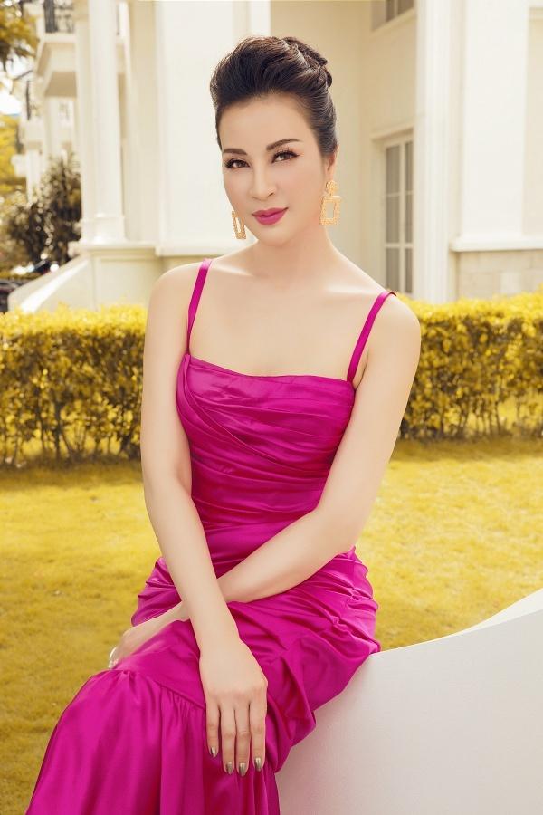 Làn da trắng được tôn lên nhờ sắc hồng của chiếc váy hai dây.