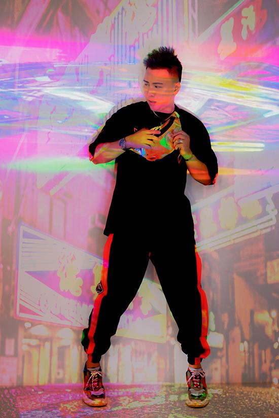 Đây là bộ sưu tập của giới trẻ đường phố mang đậm tính sport chic và hip hop được kết hợp hài hòa với nhau cùng các kiểu túi xách đi tập gym và các loại túi bao tử bằng plastic colourful ấn tượng.