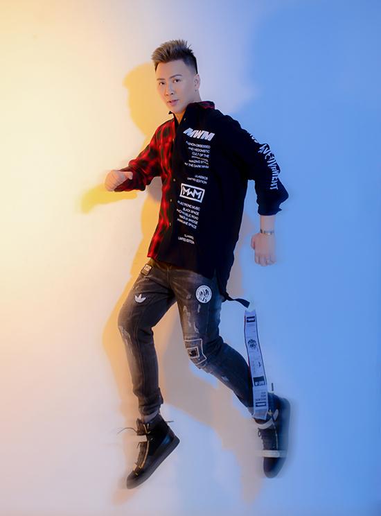 Ngoài các kiểu jogger, quần jeans đượcpha chất thun được gắn các mạc sticker phá cách kết hợp với sơ mi đối lập in các phôngchữ hiphop rất dễ sử dụng.
