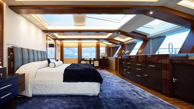 Một trong những phòng ngủ có không gian rộng rãi, thiết kế sang trọng.