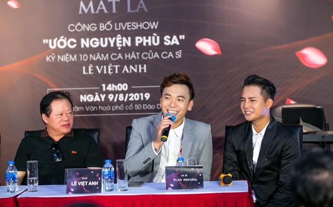 Ca sĩ Lê Việt Anh (ở giữa) và ca sĩ Tuấn Phương (bên phải) trong họp báo.