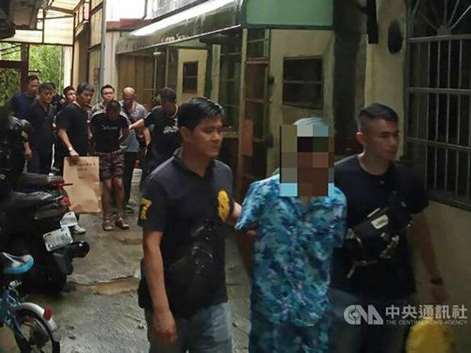 Cảnh sát Đào Viên, Đài Loan bắt giữ các nghi phạm ở huyện Tân Trúc hôm 8/8. Ảnh: CNA.